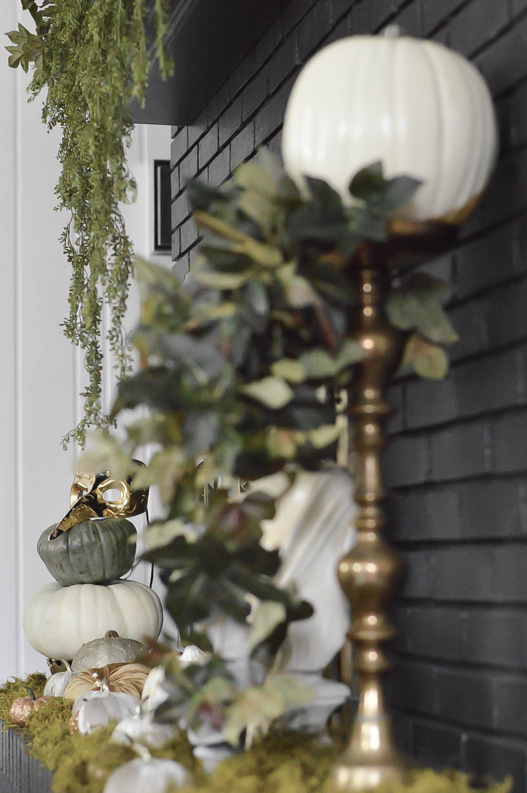 halloween-fireplace-decor-eclectic