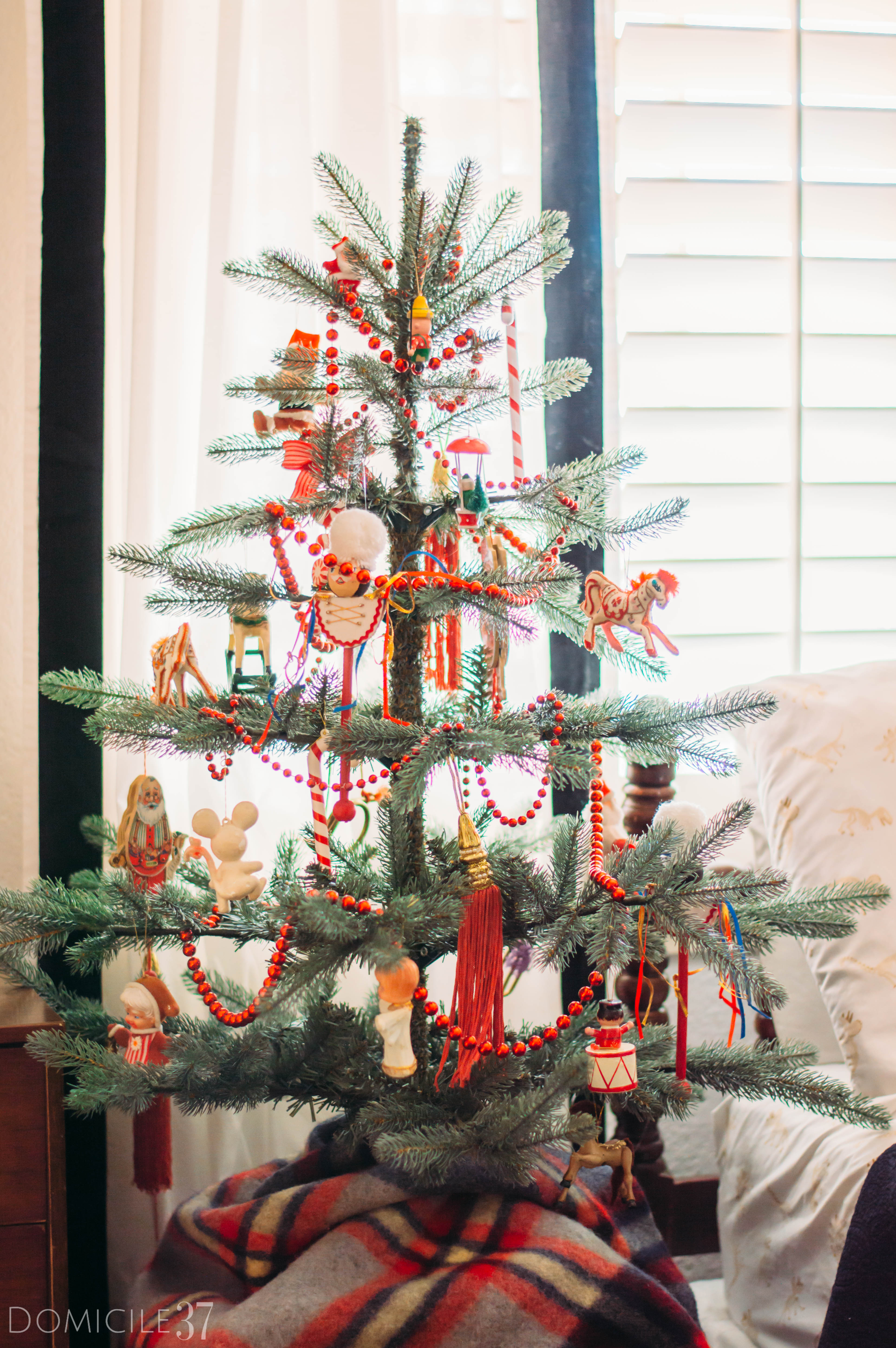 Domicile 37 | Holiday decor | Christmas Decor | Decorating bedroom Christmas | Vintage Christmas | Traditional Christmas decor | Christmas tree | kids Christmas tree