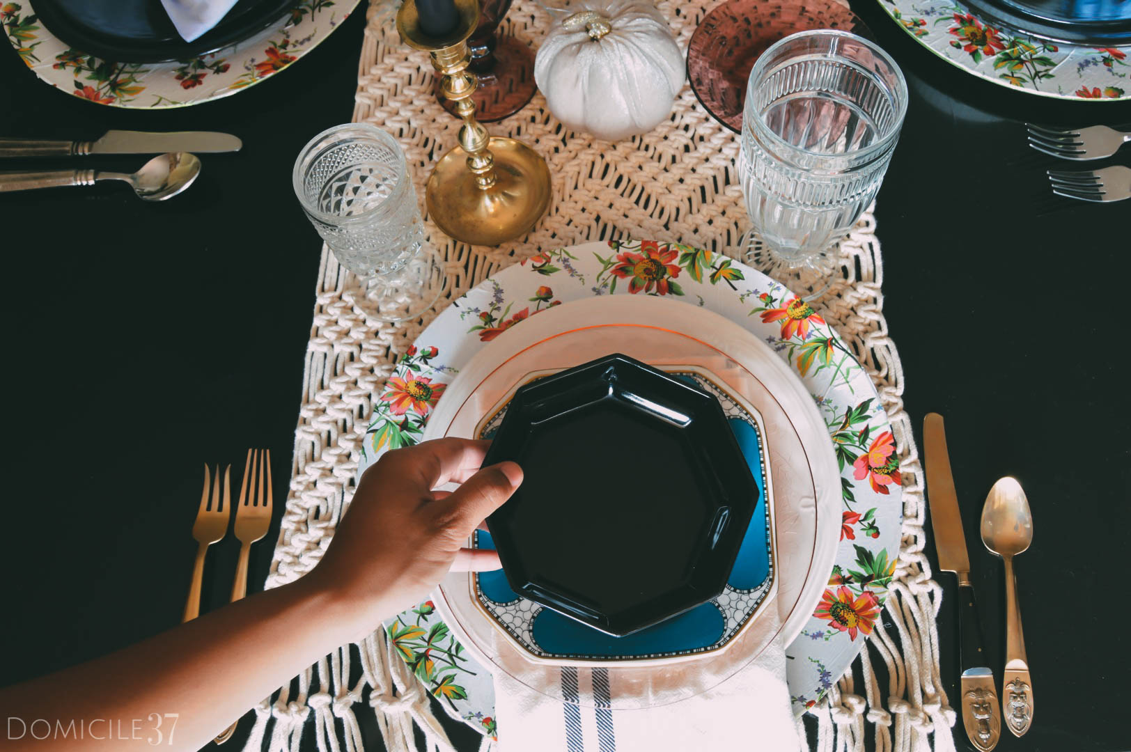 Thanksgiving tablescape idea | Mixining and matching table setting | Place setting ideas | Thanksgiving | #thanksgivingdecor | #Thanksgiving #platesetting #mixandmatch
